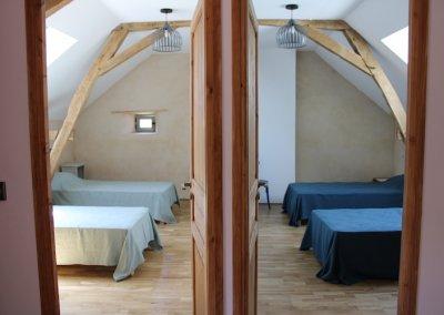 deux chambres avec lits