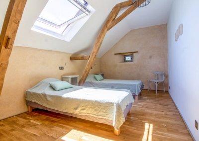 deux lits blancs