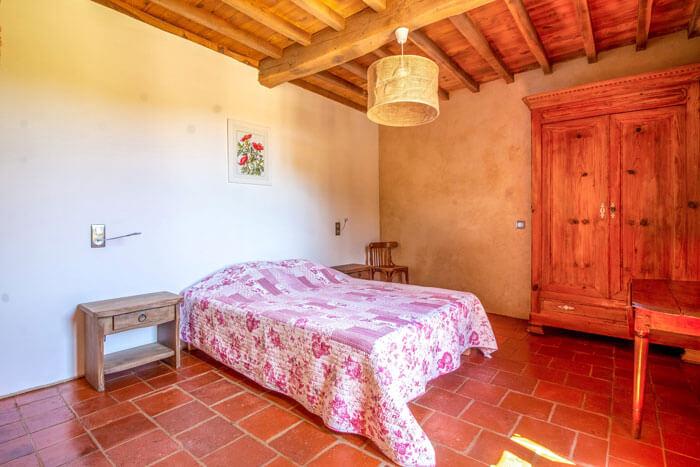 chambre avec lit bois et fleurs