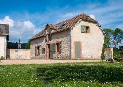 maison en pierre volets verts